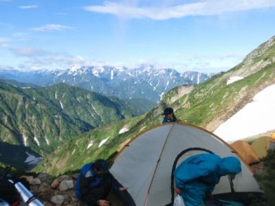 朝日に照らされる立山連峰を見ながらテントの撤収です。