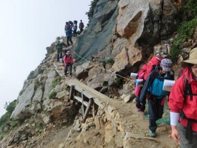 切り立った登山道に冷や汗