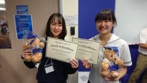 カプラン校 プレゼン表彰者 中山遙香さん(左)橋詰杏さん(右)